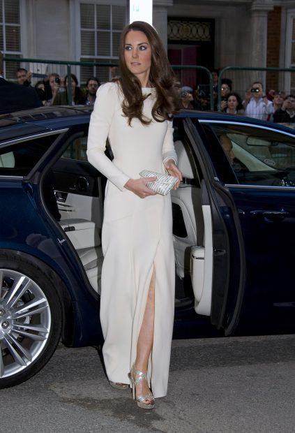 Kate Middleton también ha llevado las uñas oscuras…pero ha sido más lista que Meghan