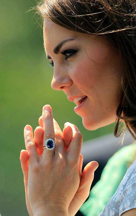 Tweed, minifalda y un detalle coordinado con su anillo de pedida… Kate Middleton saca la artillería pesada