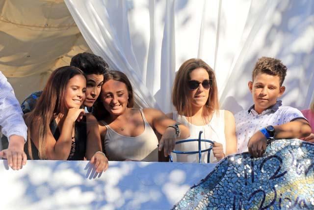 David Flores junto a su hermana Rocío, su tía Gloria Camila y Kiko Jiménez durante una procesión en Chipiona en 2016