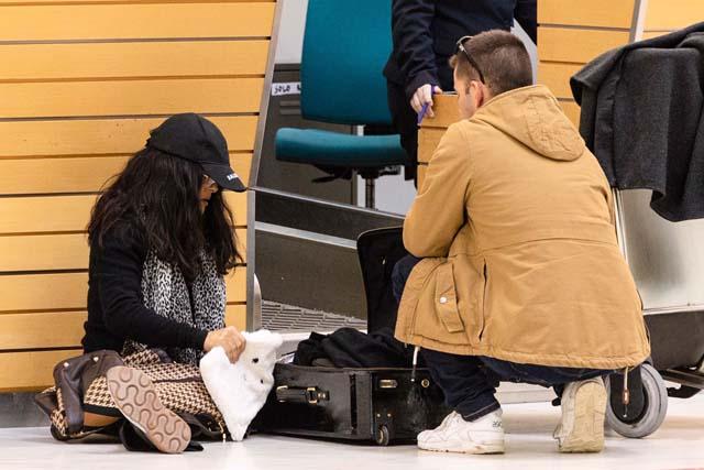 Salma Hayek ordenando sus cosas en el aeropuerto de Almería