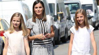 La reina Letizia, junto a sus hijas, la princesa Leonor y la infanta Sofía / Gtres.