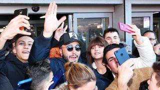 Kiko Rivera, recibido por los fans en Atocha (Madrid) / Gtres