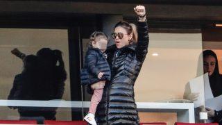 Carla Pereyra, junto a su hija, en el Wanda Metropolitano / Gtres.