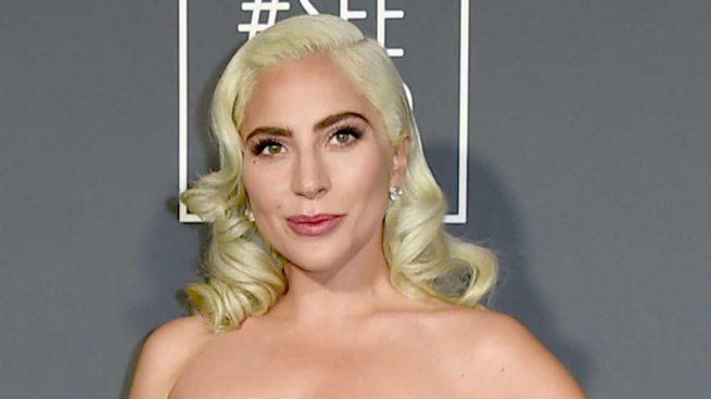 Lady Gaga recupera en los CCA el escote que triunfará en el 2019
