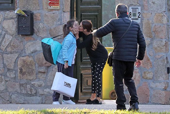 Paula Echevarría despidiendo a su hija Daniella en la puerta de su casa