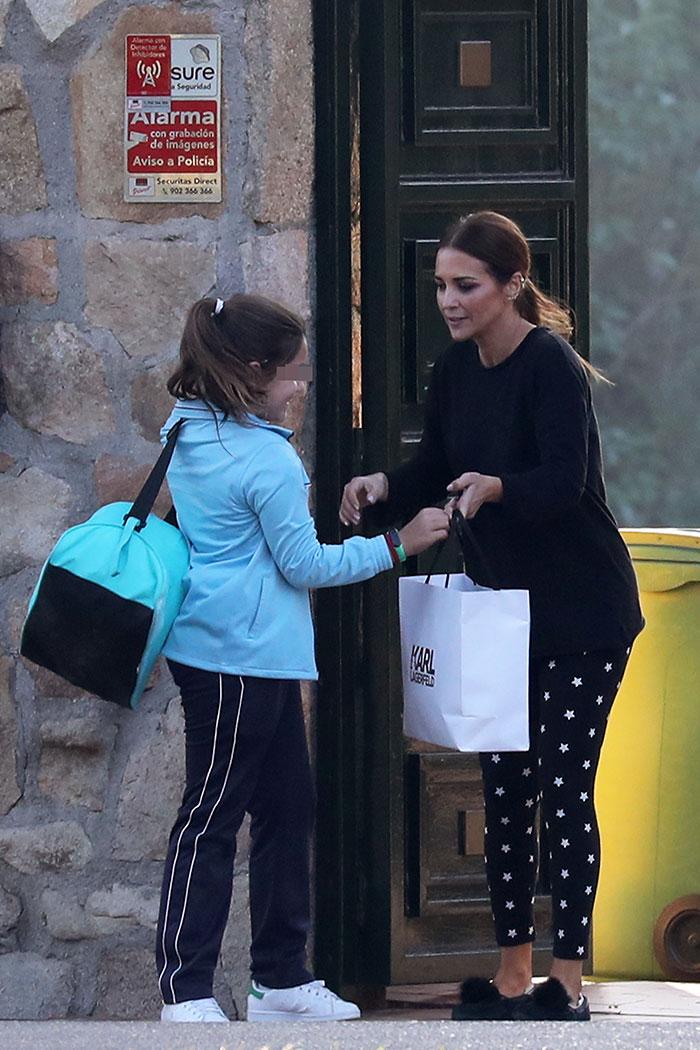 Paula Echevarría despidiendo a su hija en la puerta de su casa
