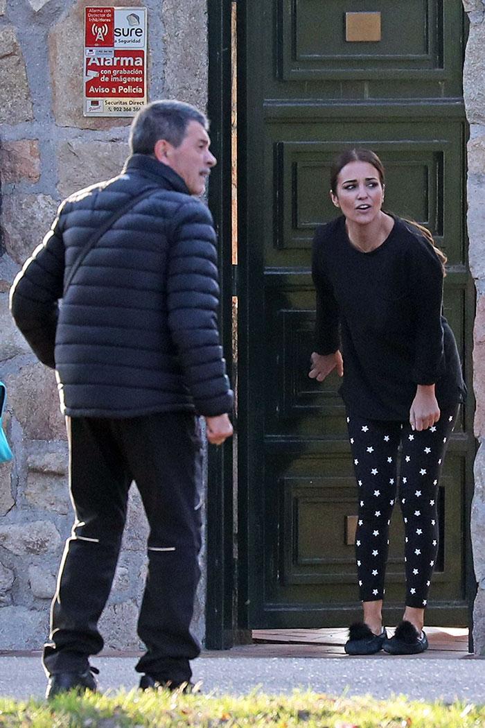 Paula Echedvarría despidiendo a su hija en la puerta de su casa