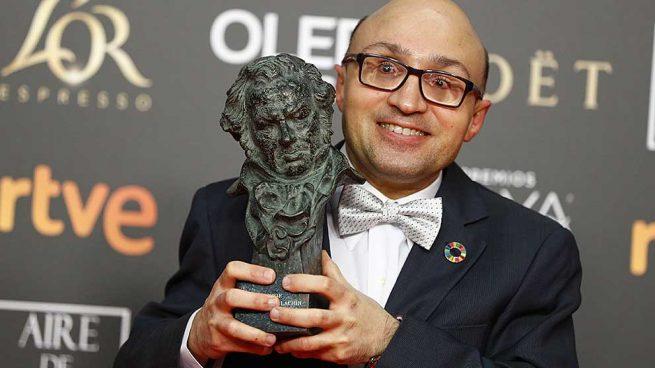 Jesús Vidal posando junto a su Premio Goya
