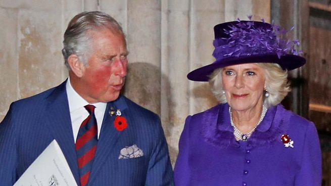 En peligro la sucesión de la Corona Británica: Un australiano asegura ser el hijo secreto de Carlos y Camilla