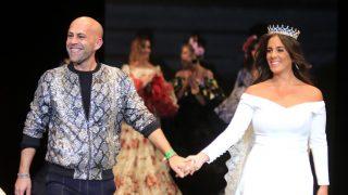 Anabel Pantoja, junto a Alonso Cozar, durante su desfile en SIMOF / Gtres.