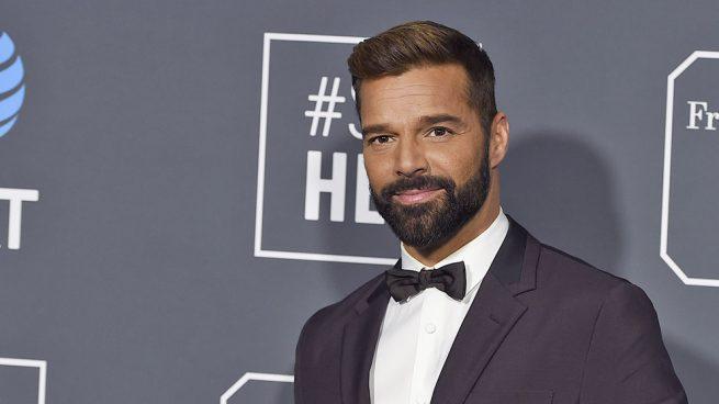 Ricky Martin, muy bien acompañado en la alfombra roja de los Grammy