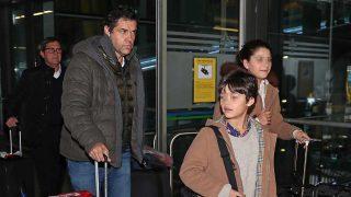 Luis Alfonso de Borbón, junto a sus hijos, en el aeropuerto de Madrid Barajas / Gtres