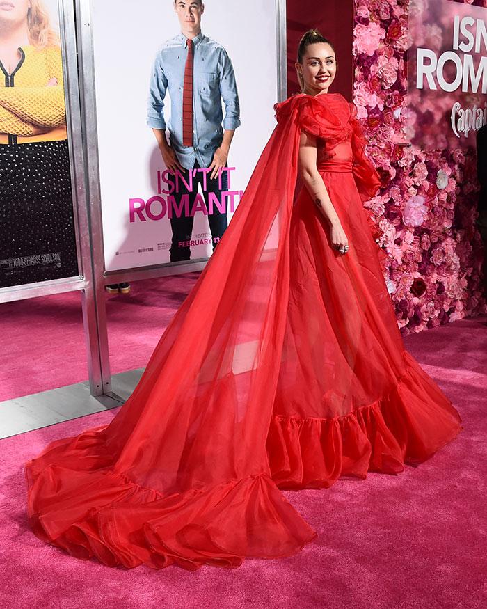 look rojo miley cyrus san valentin