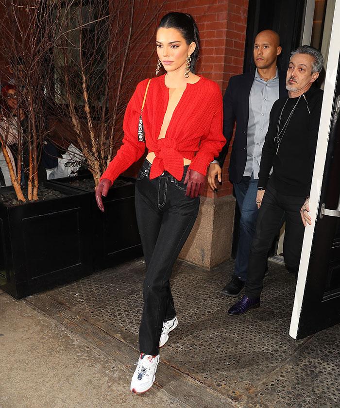 Kendall Jenner guantes look de día look de noche