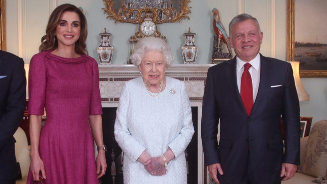 La reina Isabel con Rania y Abdalá de Jordania