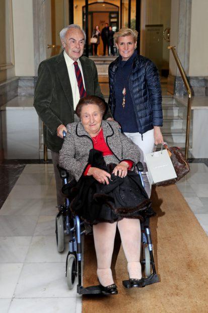 La infanta doña Margarita acompañada de su hija María y su marido Carlos Zurita