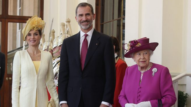 La reina Isabel con don Felipe y doña Letizia