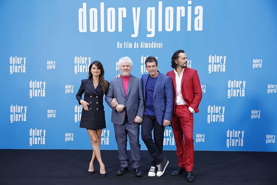 Pedro Almodóvar junto a Penélope Cruz, Asier Etxandía y Antonio Banderas