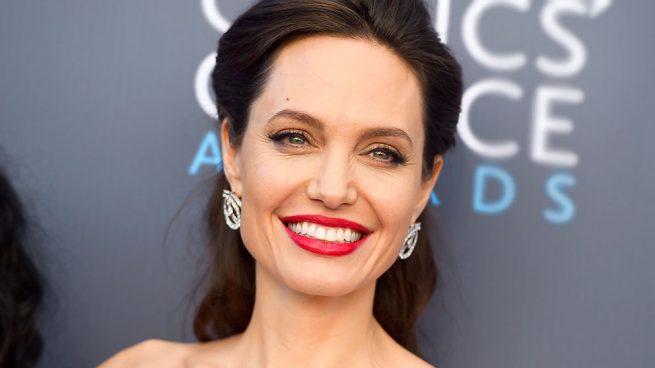 Angelina Jolie cautiva con vestido 'angelical' en premier de Dumbo