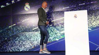 El comentado look de Zidane en la rueda de prensa de presentación del Real Madrid / Gtres
