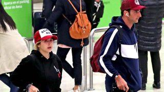 Alba Díaz y Javier Calle juegan al despiste con la prensa en su regreso a España/ Gtres