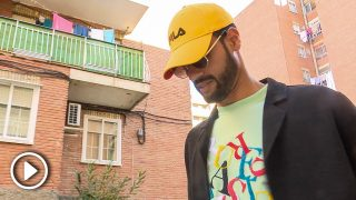 Asraf Beno paseando por su barrio / Gtres