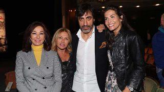 Juan del Val junto a Nuria Roca, Ana Rosa Quintana y Cristina Tárrega en la presentación de su novela / Gtres