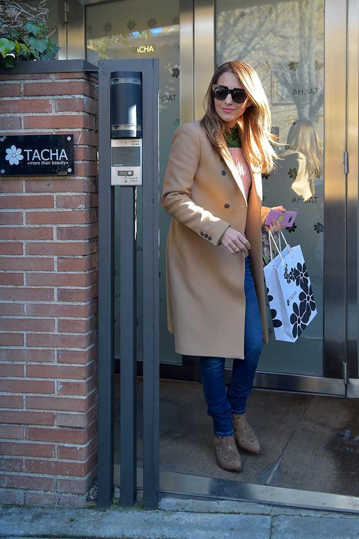 Paula Echevarría saliendo de Tacha Beauty