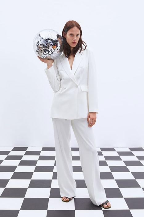 Esmoquin blanco (Zara).