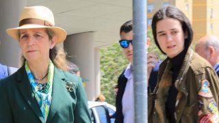 Victoria Federica y su madre a su llegada a Sevilla / Gtres