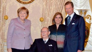 El Gran Duque Juan de Luxemburgo junto a su hijo y Angela Merkel / Gtres