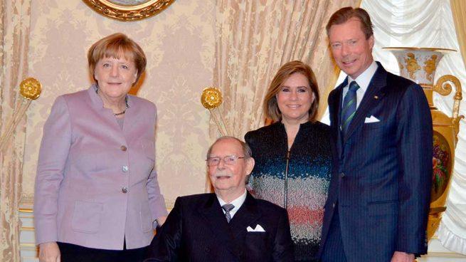 El Gran Duque Juan de Luxemburgo junto a su hijo y Angela Merkel