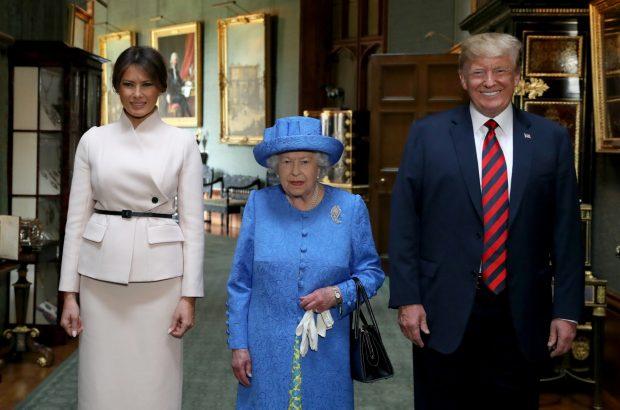 Trump se salta el protocolo y le cambia el título a la reina Isabel