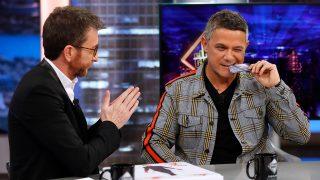 Alejandro Sanz y Pablo Motos el día que el cantante recibió su tarjeta platino de 'El Hormiguero' / Gtres