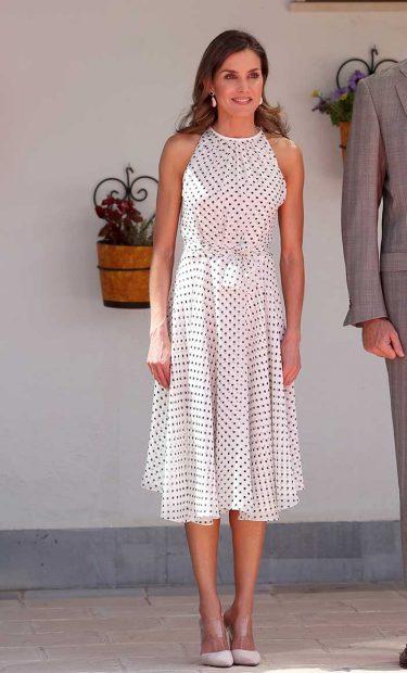 Doña Letizia con un vestido de lunares de Carolina Herrera