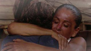 Isabel Pantoja se abraza a Colate durante la gala./Mediaset