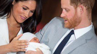 Meghan Markle y el príncipe Harry, con el pequeño Archie / Gtres.