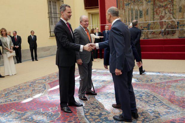 Don Juan Carlos celebra su aniversario de bodas trabajando junto a su hijo