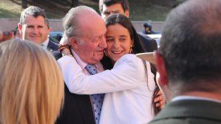Victoria Federica y el rey Juan Carlos se funden en un abrazo / Gtres.