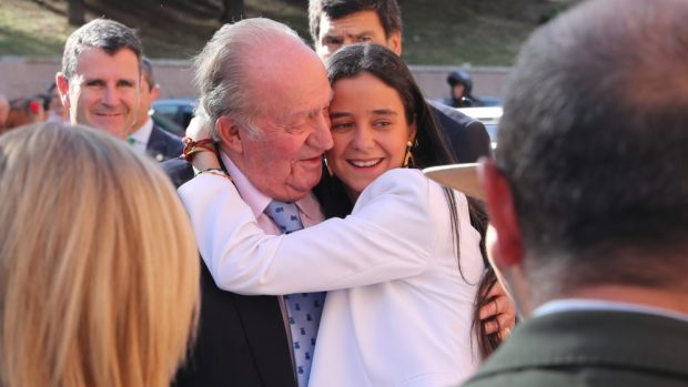La diseñadora no ha dudado en brindar su apoyo a don Juan Carlos y a Victoria Federica/Gtres
