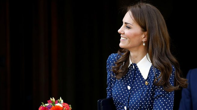 Kate Middleton desafía a la Reina enseñando 'cacha'