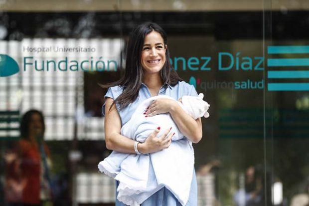 Begoña Villacís, radiante, durante la presentación de su bebé