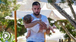 Jordi Alba, todo un padrazo para dormir a su bebé en brazos / Gtres