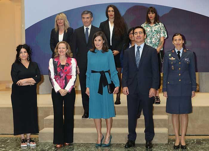 La reina Letizia con un vestido azul de Zara