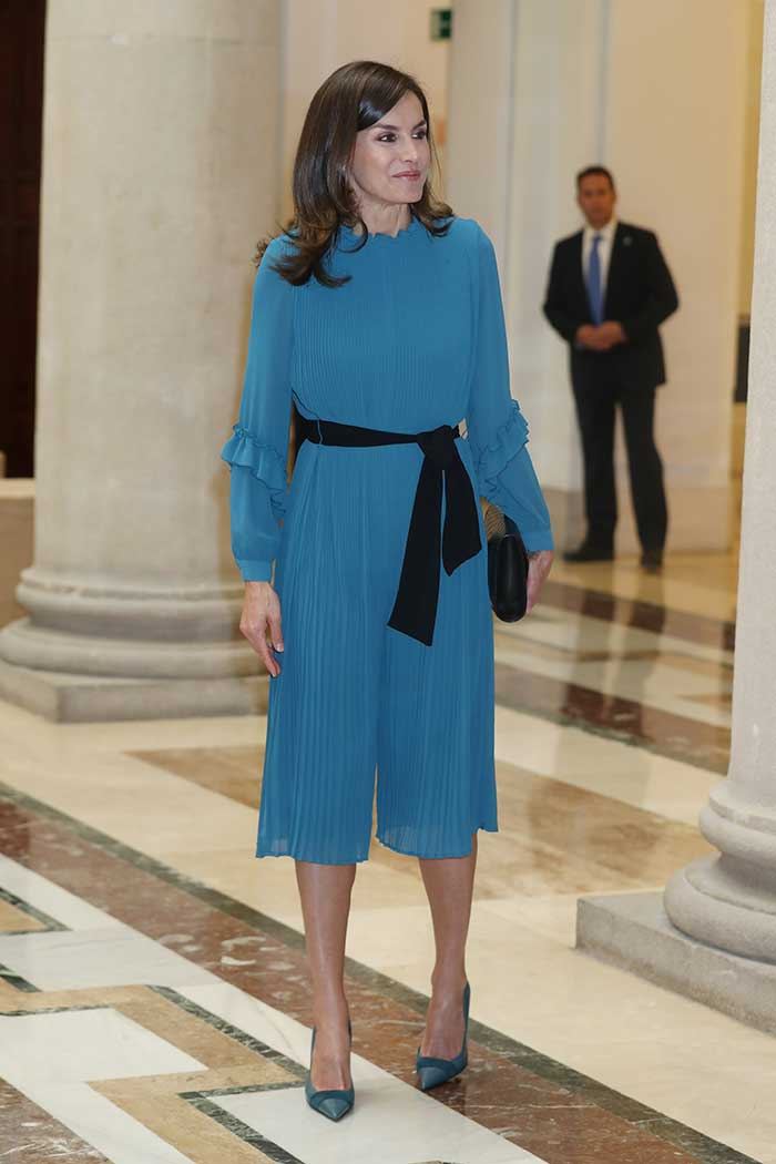 Zara con vestido azul de Zara
