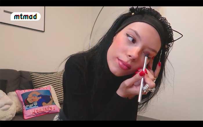 Alejandra Rubio maquillando sus ojos