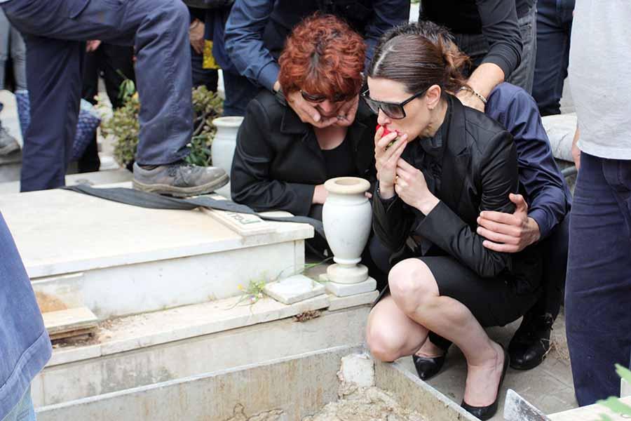 Raquel Sánchez Silva junto a la que fuera su suegra en el entierro de Mario Biondo