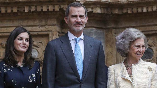 Los Reyes Felipe VI y Letizia junto a la Reina Doña Sofía en una imagen de archivo
