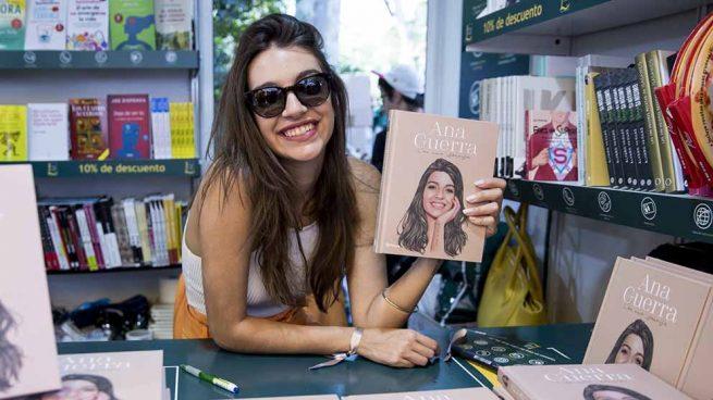 Ana Guerra durante su firma de libros en la Feria del libro de Madrid