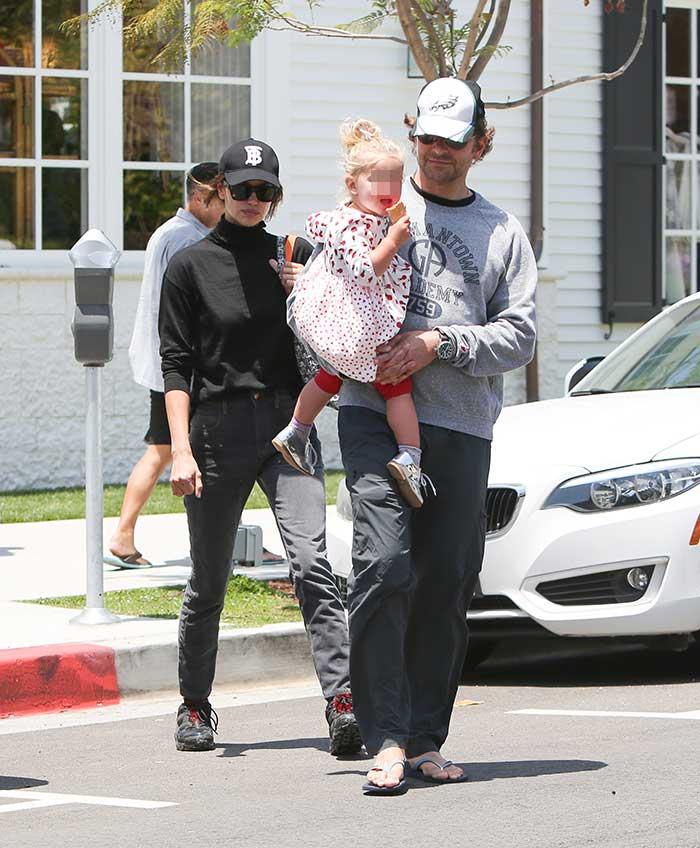 Irina Shayk, Bradley Cooper y la hija de ambos, paseando por Los Ángeles en una imagen reciente / Gtres